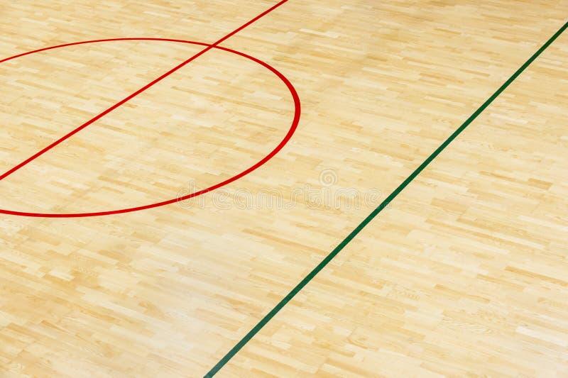 Trägolvvolleyboll som är futsal, basket, badmintondomstol med trägolvet för ljus effekt av sportkorridoren med markeringslinjer,  royaltyfri fotografi