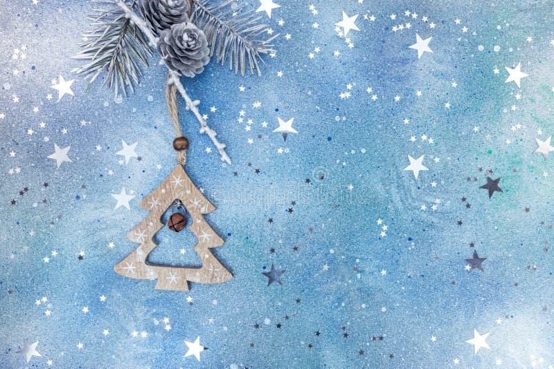 Trägrangarnering med den silvergran-träd filialen på blå backgr arkivbild