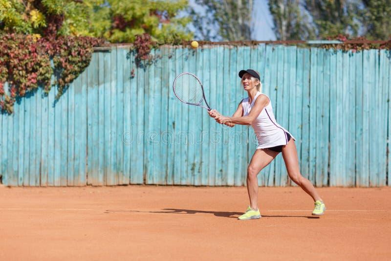 Trägt das Mädchen zur Schau, das Badminton auf dem Freienhintergrund spielt Aktives Lebensstilkonzept Kopieren Sie Platz lizenzfreies stockfoto