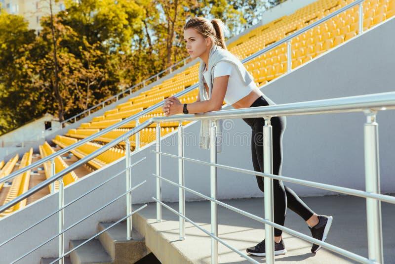 Trägt die Frau zur Schau, die am Stadion steht stockbild