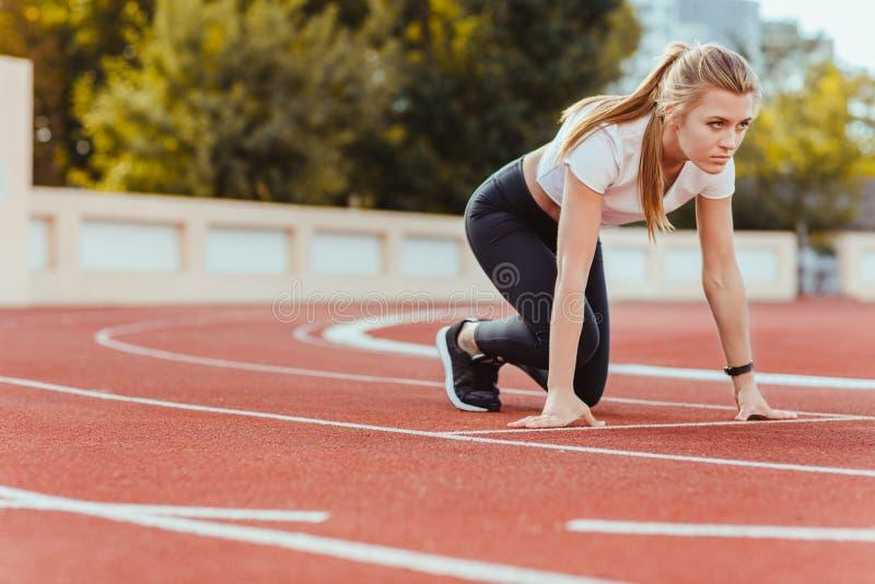 Trägt Frau in Sternposition für Lauf zur Schau stockbild