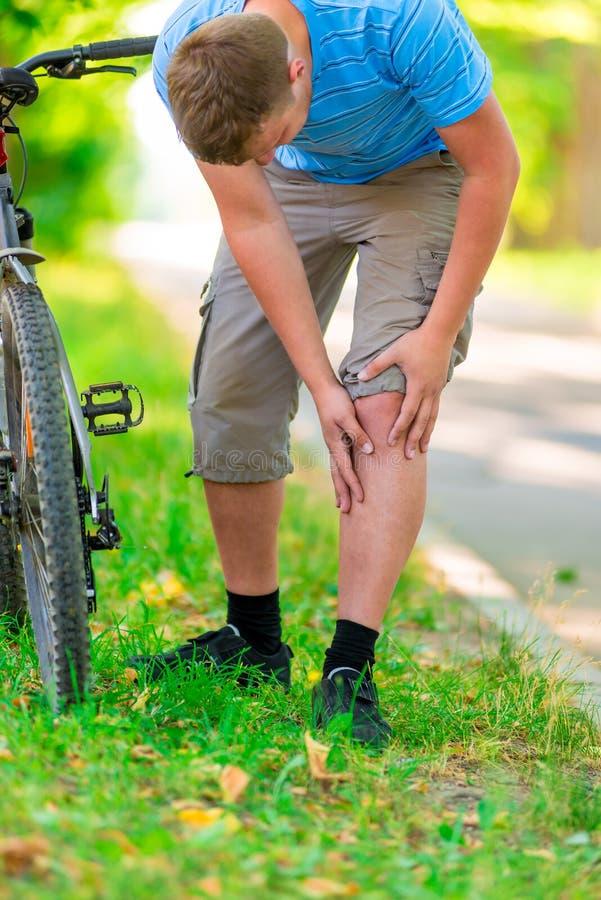 Trägt Knieverletzung zur Schau lizenzfreies stockfoto