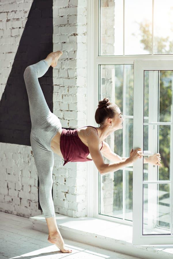 Trägt Mädchentraining hinter dem Fenster zur Schau lizenzfreie stockfotos