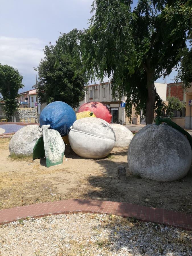 Trägt Monument San Sperate Sardinien Früchte stockfotos