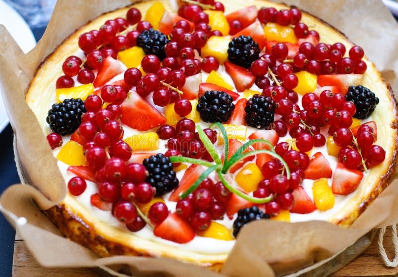 Trägt Vanillekäsekuchen Früchte lizenzfreie stockfotos