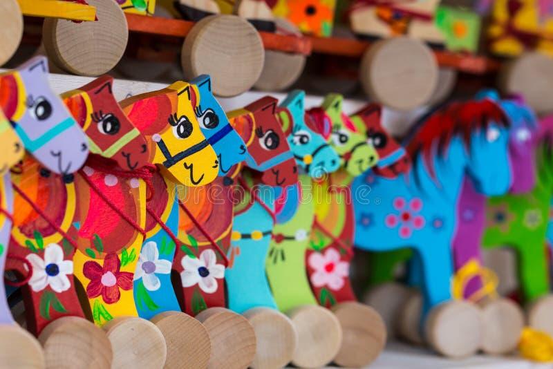 Trähästar på ett stånd royaltyfria foton