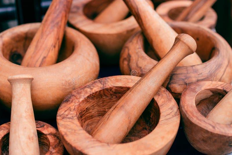 trähandgjord mortel utensils för service för anddatalistkök trevliga Trämortelcomposit arkivbilder