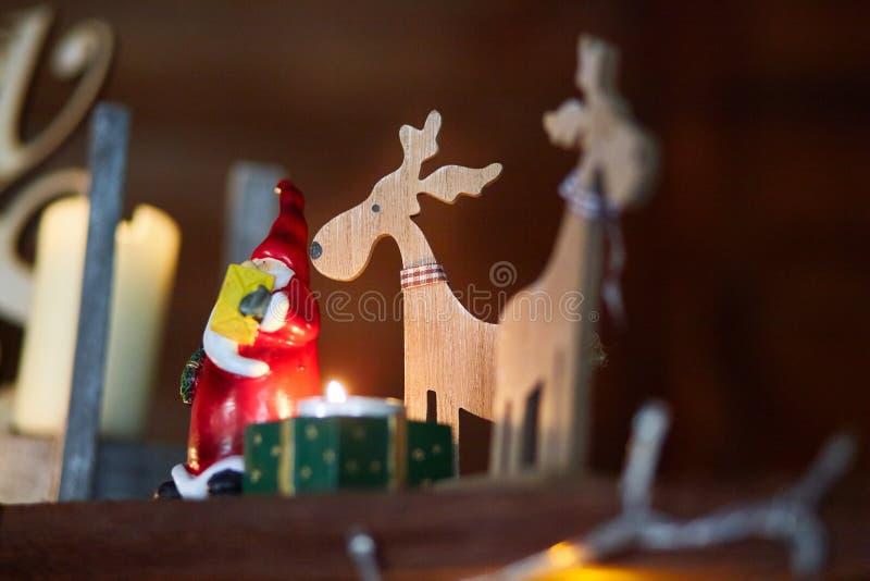 Trähjortar med ett stearinljusljus och Santa Claus arkivbild