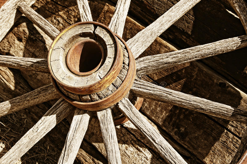 trähjul för sepiatappningvagn arkivbild
