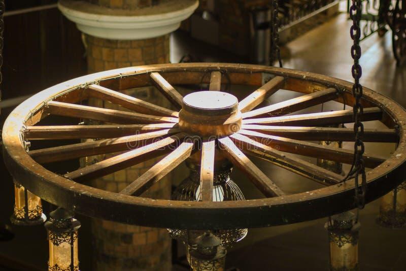 Trähjul som konverteras in i en ljuskrona royaltyfri fotografi