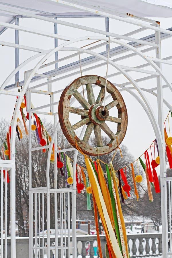 Trähjulet med färgrika band på den nationella festivalen 'Shrove ', royaltyfri fotografi