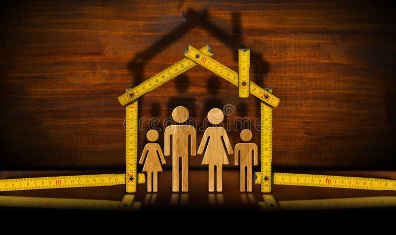Trähopfällbar linjal med familjen - husprojekt royaltyfri foto