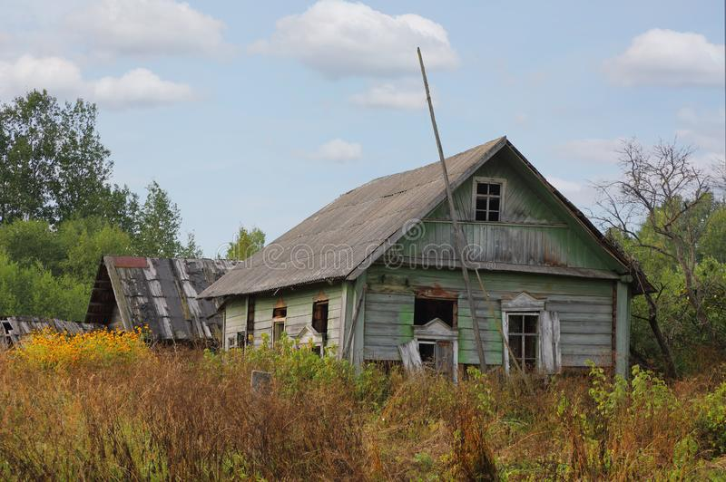 Trähus för gammal bruten journal i rysk by fotografering för bildbyråer