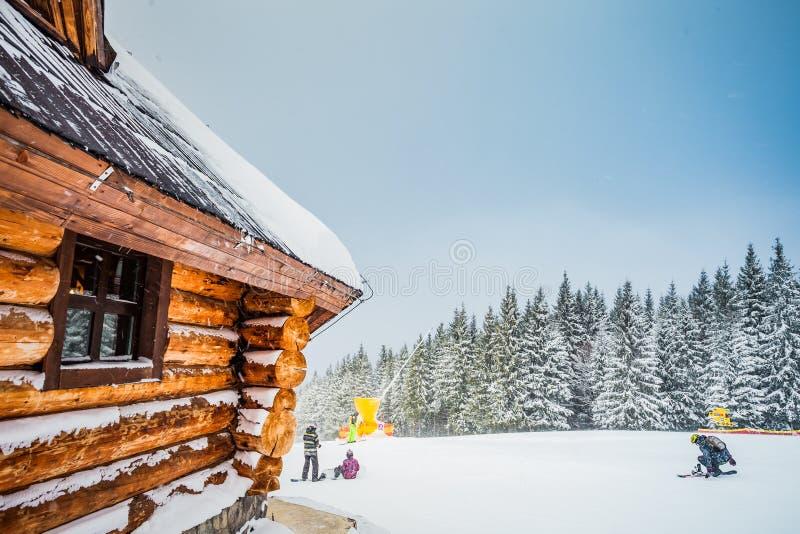 Trähus för vintersemesterferie i berg royaltyfri fotografi