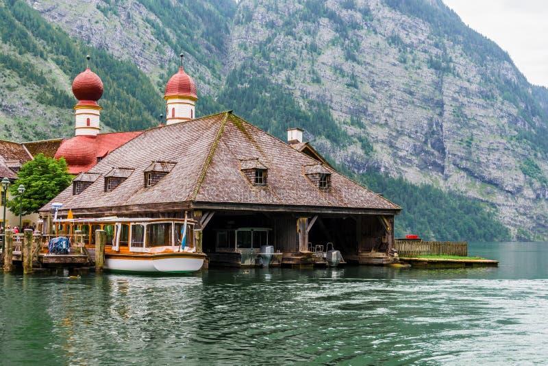Trähus i bergen i Konigssee sjön, Bayern, fjällängar, Tyskland arkivbild