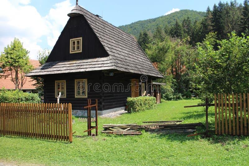 Trähus i bosättningen PÃla - Piecky i nationalpark för paradis för Slovenskà ½raj slovakisk arkivfoton