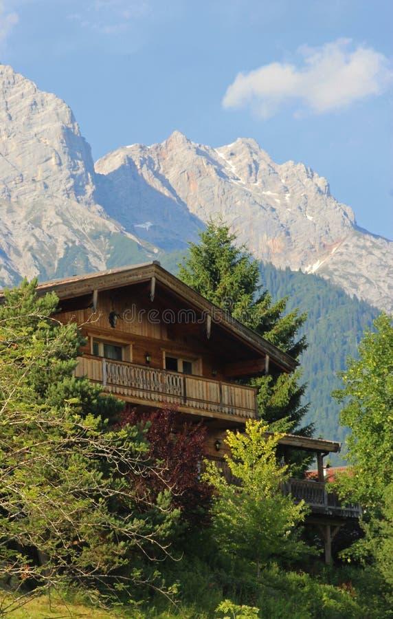 Trähus i de österrikiska bergen royaltyfria foton