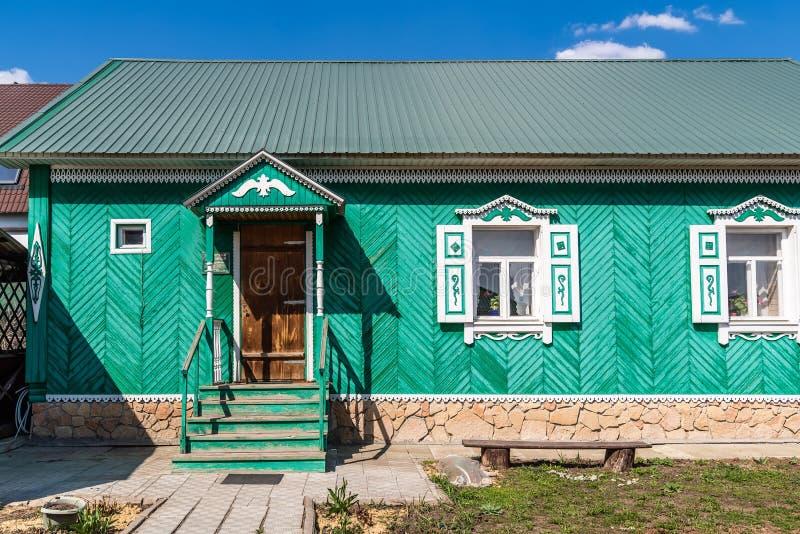 Trähus i den traditionella Tatar stilen royaltyfri foto