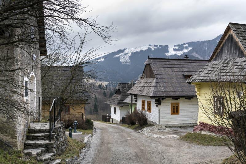 Trähus i den Vlkolinec byn, slovakisk republik royaltyfria bilder