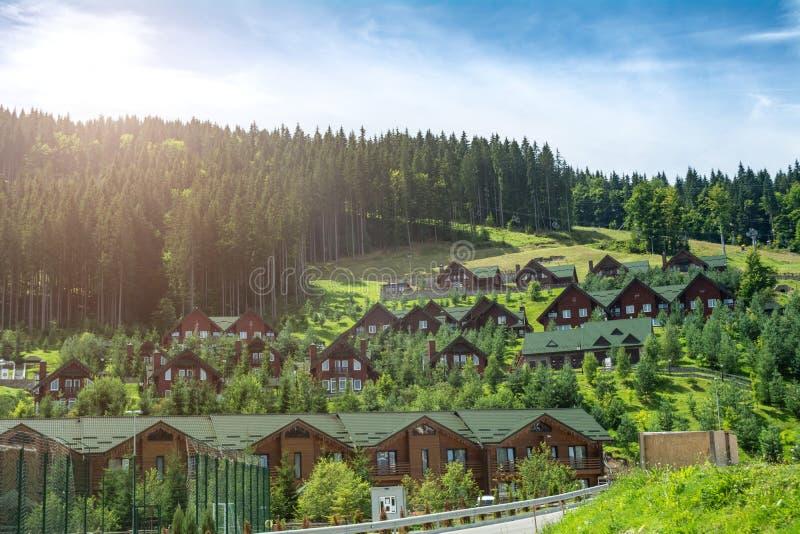 Trähus i skidar semesterorten Bukovel, Ukraina royaltyfri bild