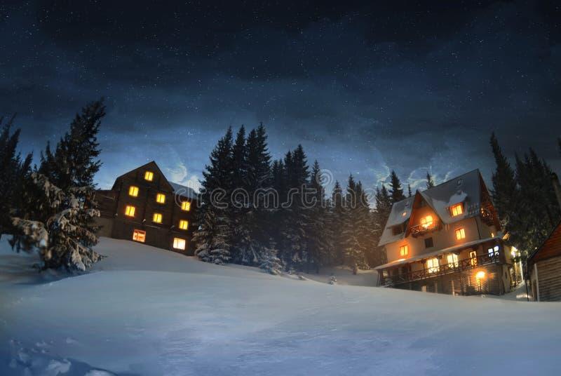 Trähus i vinterskogen, Dragobrat royaltyfria foton