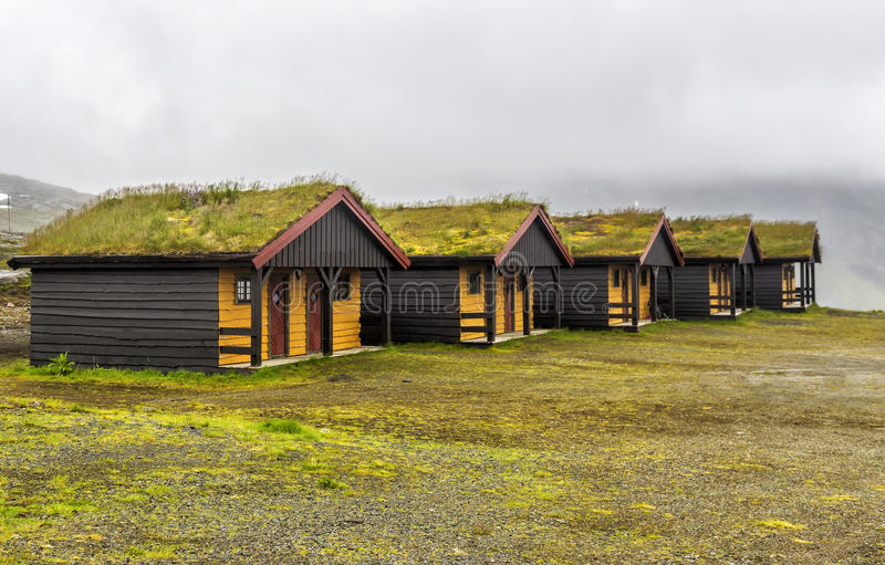 Trähus med gräs på det tak för ` s arkivbild