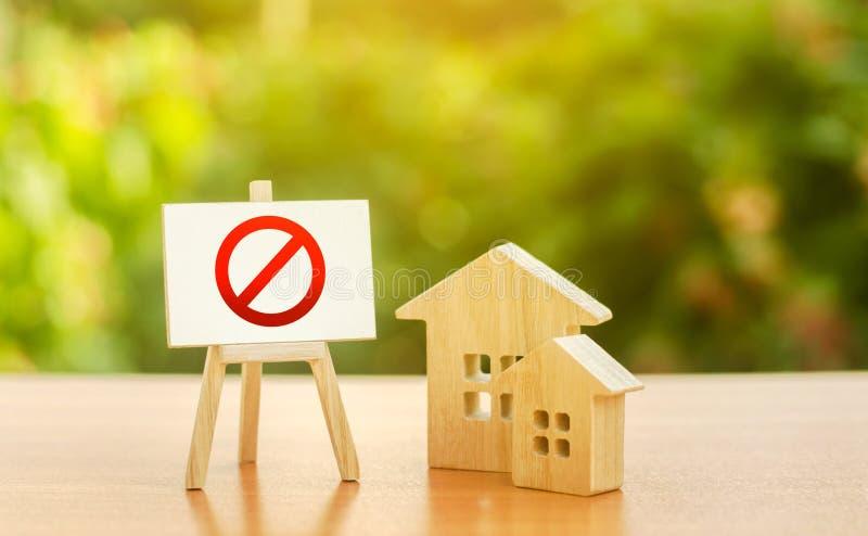 Trähus och ål med rött förbudsmärke NO Otillgänglighet och bostadsbrist, underskott Beslag och frysning royaltyfri bild