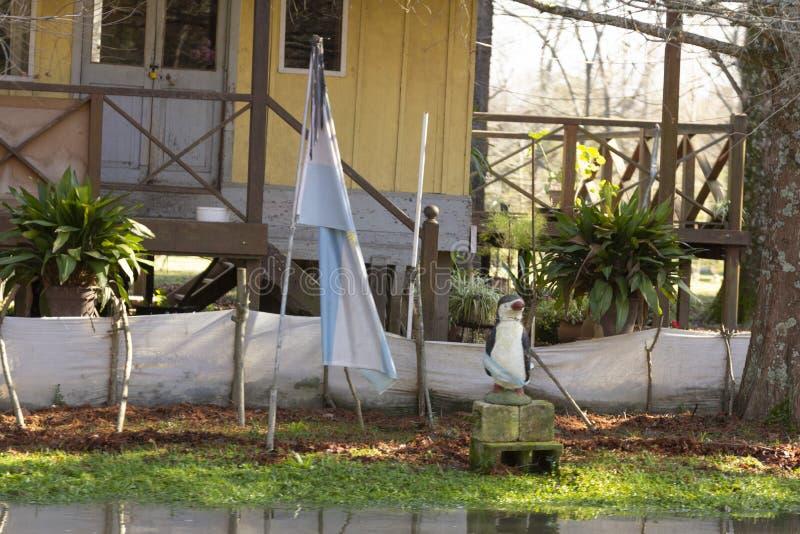 Trähus och Argentina flagga i deltadelen Parana, Tigre Buenos Aires Argentina arkivbilder