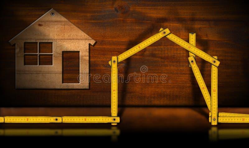 Trähus och linjal - begrepp för konstruktionsbransch royaltyfria bilder