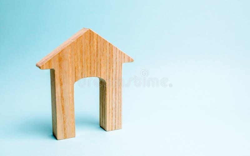 Trähus på en blå bakgrund Utlåning till allmänheten Begreppet av som man har råd med hus och intecknar för att köpa ett hus fotografering för bildbyråer