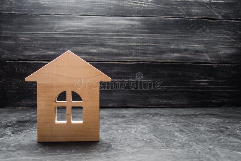 Trähus på en mörk bakgrund Begreppet av att köpa försäljningen av fastigheten, uthyrnings- hus Fastighetsmäklareservice Fastighet arkivfoton