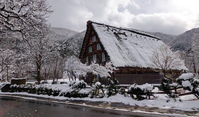 Trähus på vintern arkivfoton