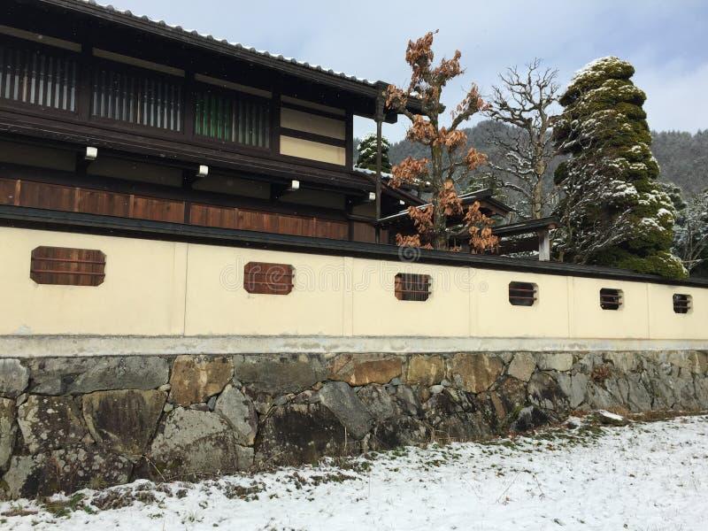Trähus på vintern royaltyfri fotografi