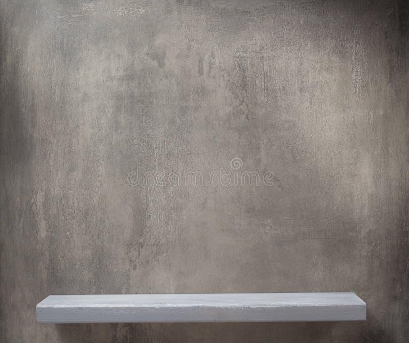 trähylla och grå vägg royaltyfria bilder