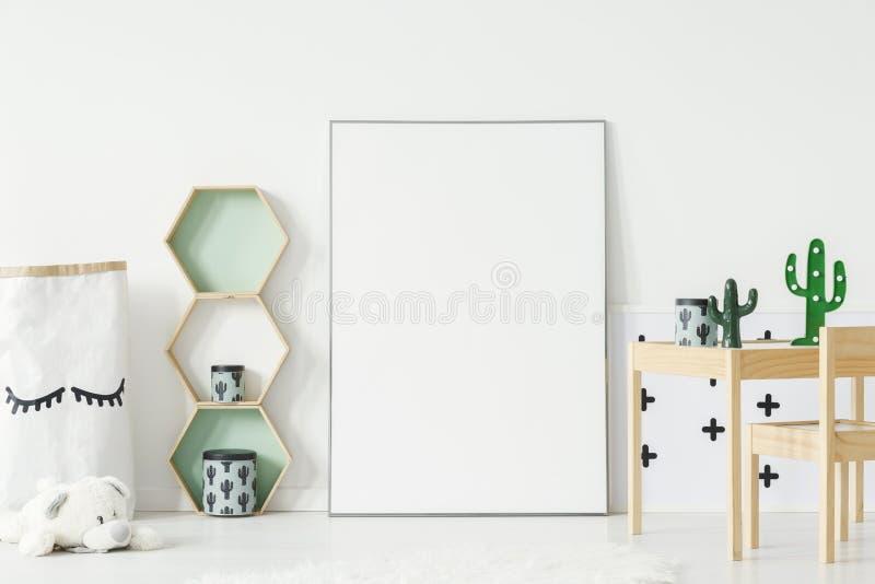 Trähyllor med kaktusaskar och garneringar på den lilla tabellen royaltyfria foton