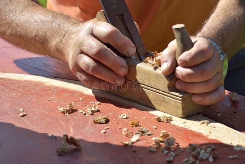 Trähyvlare, tabell från gammalt trä, ett naturligt byggnadsmaterial, handcrafted trä, forntida handhjälpmedel som ut bär snickeri royaltyfri fotografi