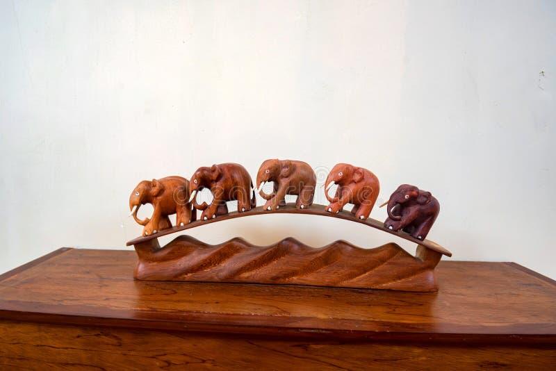 Träinregarnering av elefanter arkivbilder
