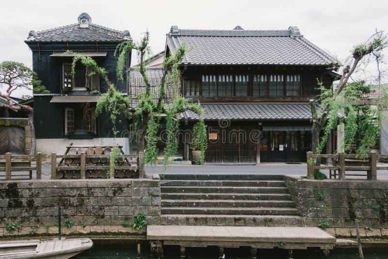 Träjapanskt hus för gammal tappning längs den lilla gatan vid den Tonegawa floden i den Sawara byn, berömd liten Edo gammal stad arkivfoto