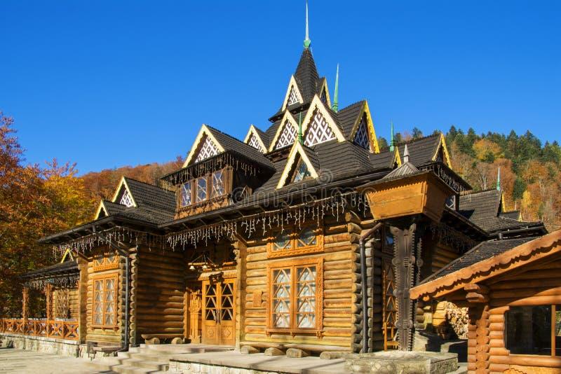 Träjournalbyggnad i Carpathian berg, Ukraina i höst arkivbilder