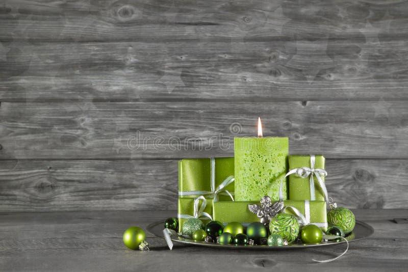 Träjul eller adventbakgrund med grön garnering, kan arkivbilder