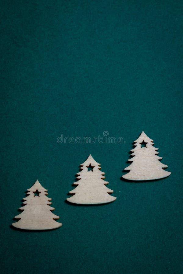 Träjulgranar på grön bakgrund för jul arkivbilder