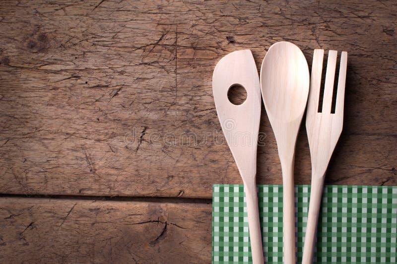 Träkökbestick på träbakgrund arkivfoton