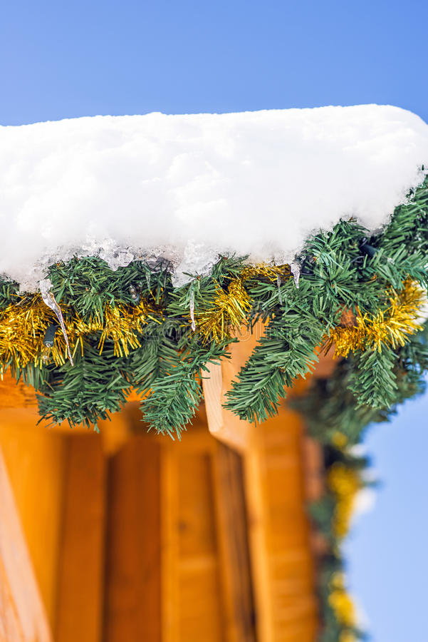 Träkabin med snö-hatten fotografering för bildbyråer