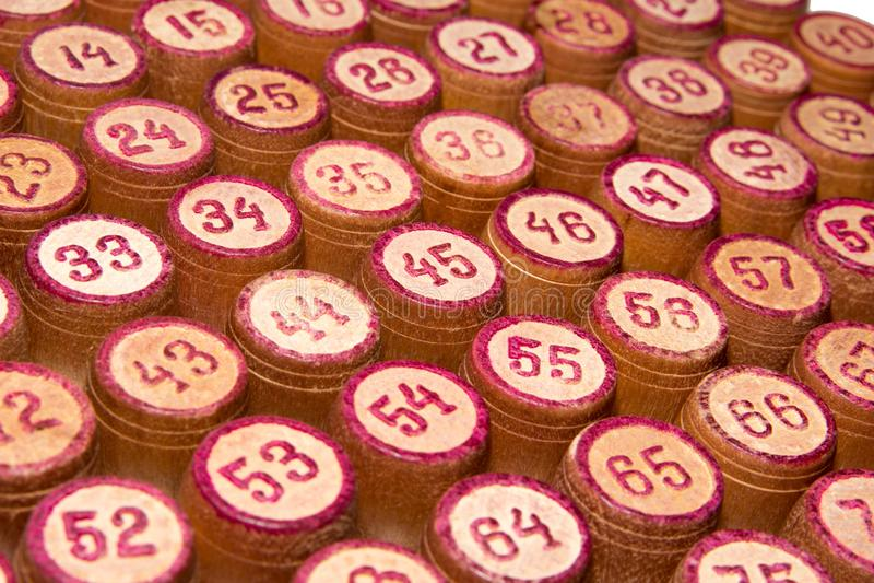 Träkaggar för en lek i en lotto med röda nummer Lek för bräde för tappningtrummaBingo close upp royaltyfri bild
