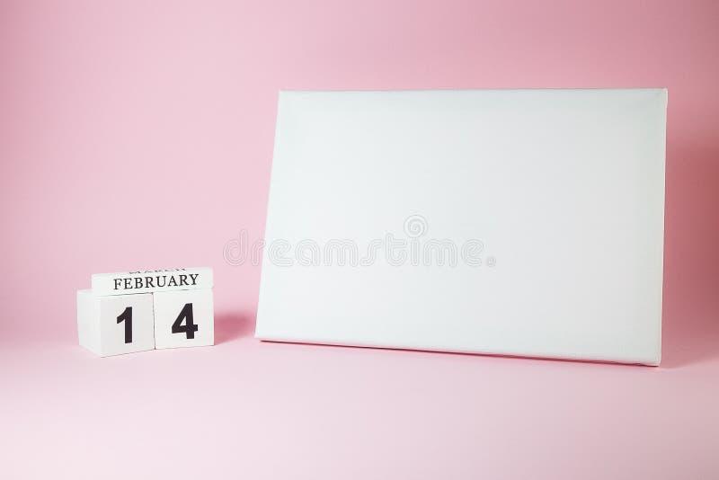 Träkalender- och mellanrumskanfas med utrymme för text på den rosa bakgrunden royaltyfri fotografi