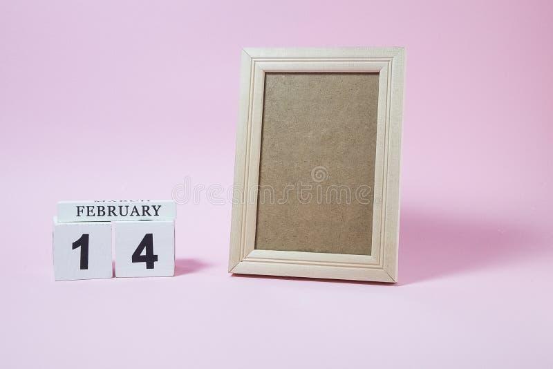 Träkalender och ram med tomt utrymme för text eller bild arkivfoton