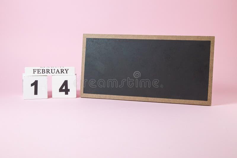 Träkalender och svart tavla med tomt utrymme för text royaltyfria bilder