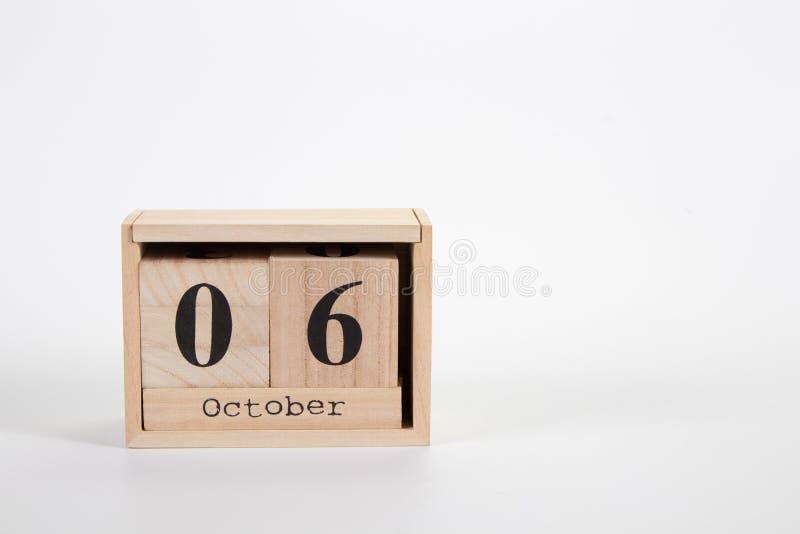 Träkalender Oktober 06 på en vit bakgrund royaltyfria bilder
