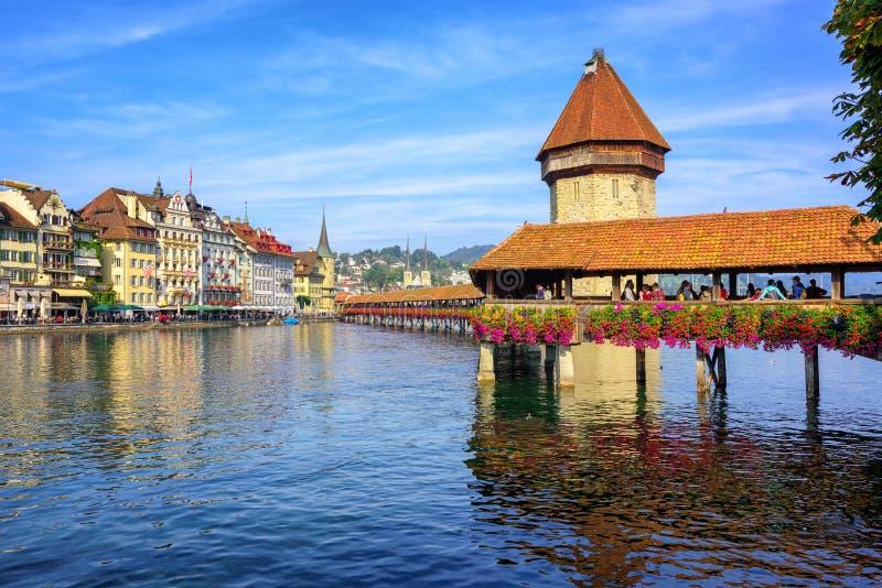 Träkapellbro i Lucerne den gamla staden, Schweiz arkivbilder