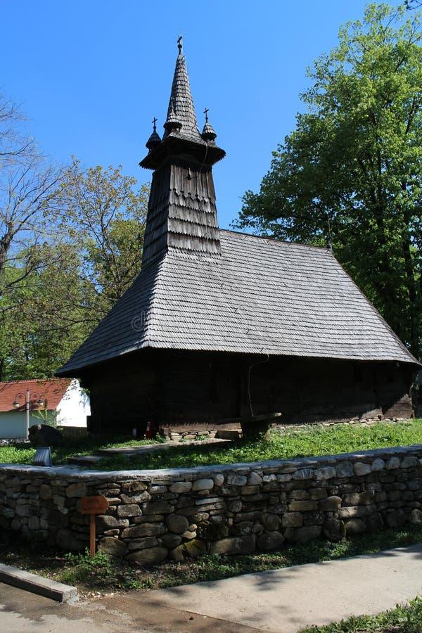 Träkirk i Dimitrie Gusti National Village Museum i Bucharest arkivbilder